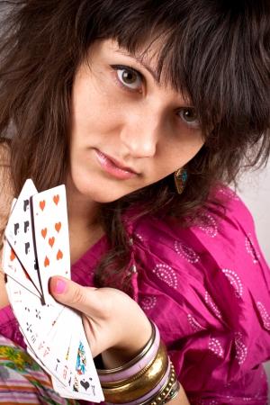 wahrsager: Closeup Portrait der Wahrsager mit scrying Karten Lizenzfreie Bilder
