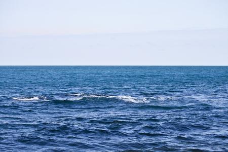 Wellenartig bewegende Wasseroberfläche des adriatischen Meeres und des Himmelshintergrundes