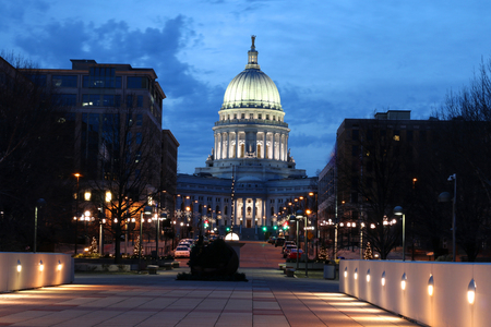 Wisconsin State Capitol building, National Historic Landmark. Madison, Wisconsin, USA. Night scene with official buildings and street holiday decorative illumination. 版權商用圖片