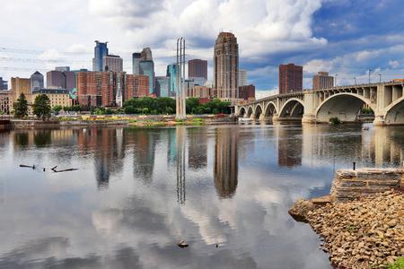 Horizon van de binnenstad van Minneapolis en de Derde Brug van de Weg boven de rivier van de Mississippi. Midwest USA, Minnesota state. Stockfoto