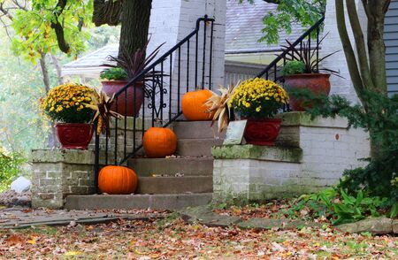 Main entrance stair and porch of the old house decorated for autumn holidays season. Halloween concept. Fall background. Фото со стока - 150296338