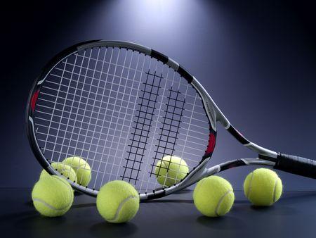 Tennisschläger und Bälle auf sieben schwarz
