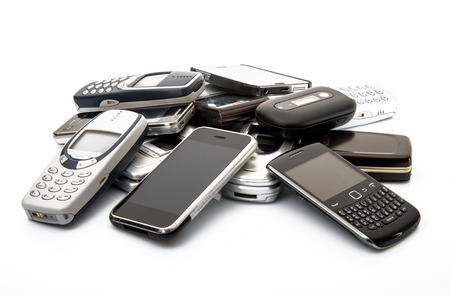 les t�l�phones portables anciens et obsol�tes sur fond blanc