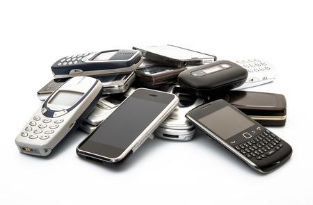 tel�fonos m�viles viejos y obsoletos en el fondo blanco