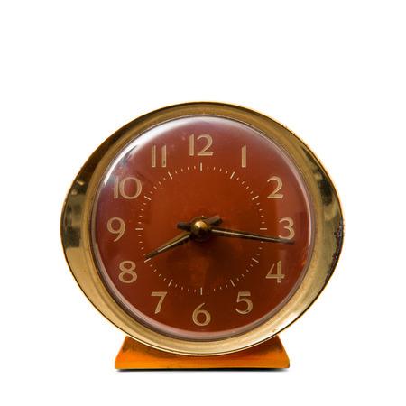 un viejo reloj despertador sobre fondo blanco
