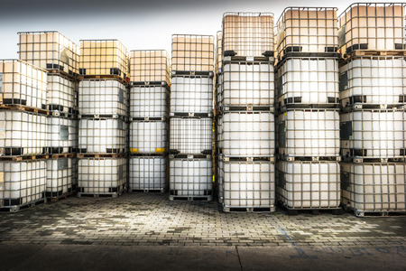 productos quimicos: contenedores para productos químicos dentro de una fábrica