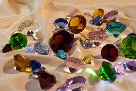 pietre preziose: Collezione di gemme di vetro con il rosso in centro