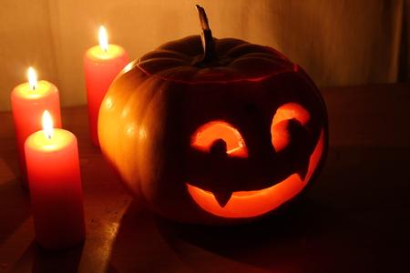 citrouille halloween: Citrouille d'Halloween effrayant avec des bougies sur un fond sombre.