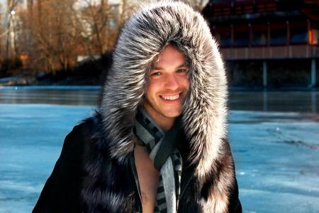 modelos hombres: Retrato de una capucha de piel hombre que lleva