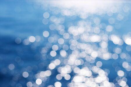 Agua de mar azul borrosa de fondo, concepto de fondo de naturaleza. Color del año. Hermoso fondo azul para el diseño.