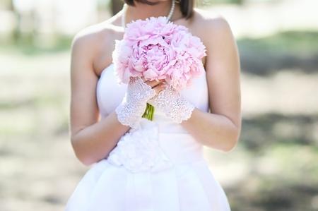 여자 핑크 결혼식 꽃다발을 들고