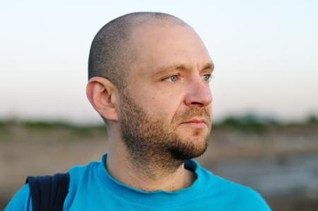 homme chauve: Outdoor portrait d'homme chauve regardant au loin