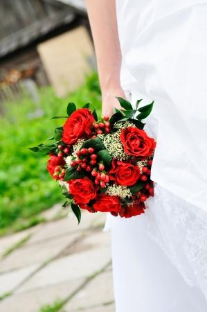 신부 들고 아름 다운 붉은 결혼식 꽃 꽃다발
