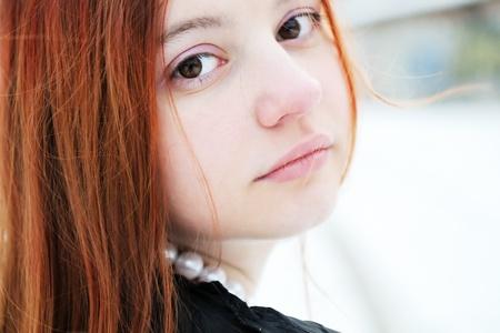 큰 갈색 눈을 가진 아름 다운 여자의 겨울 초상화