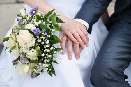 wedding  ring: La novia y el novio manos con anillos de boda celebración ramo de la boda