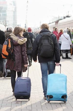 llegar tarde: Pareja joven en el and�n de la estaci�n de tren