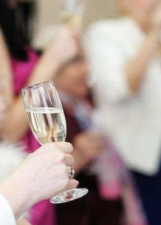brindisi spumante: Donna in possesso di vetro con champagne Archivio Fotografico