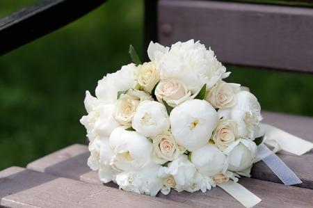 Mooie bruiloft bloemen boeket op houten bank Stockfoto