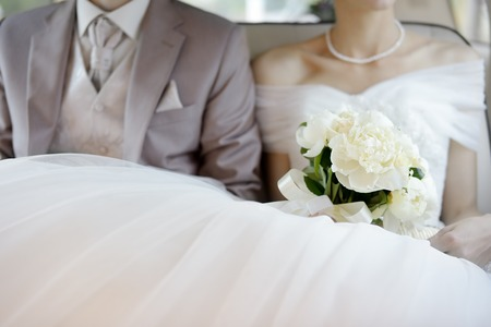 White wedding flowers bouquet on wedding dress Stockfoto