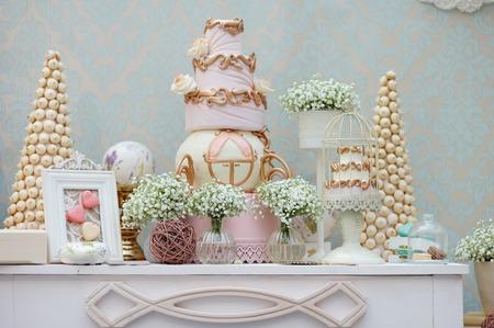 大きなケーキやイベントやディナー パーティーでマカロンと優雅な甘いテーブル