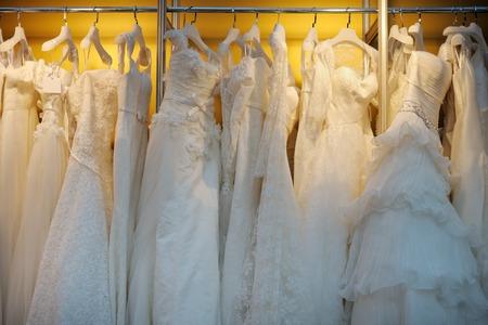 esküvő: Néhány szép menyasszonyi ruhák vállfán Stock fotó