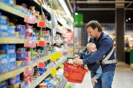 Father and his son at supermarket together Foto de archivo