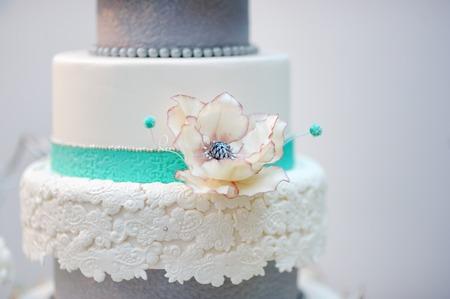 pastel de bodas: Delicioso blanco y gris pastel de bodas decorada con flores