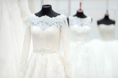 Belles robes de mariage sur un mannequin Banque d'images