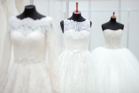 Vestidos hermosos de boda en un maniquí Foto de archivo - 39989943