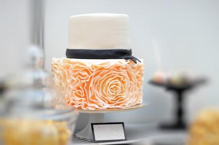 pastel de bodas: Delicioso pastel de boda blanco decorado con rosas de crema Foto de archivo