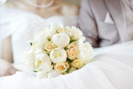Wedding flowers bouquet with newlywed couple on background Standard-Bild