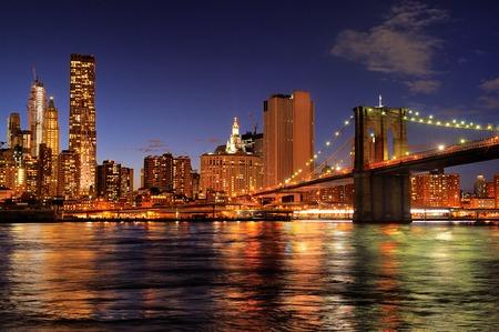 New York City Pont de Brooklyn avec le centre ville horizon sur l'East River dans la nuit Banque d'images