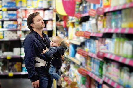 Middle age father and his little son at supermarket 版權商用圖片
