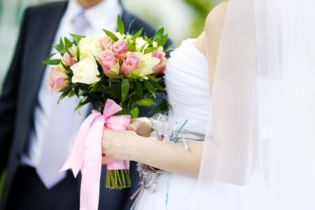 mazzo di fiori: Sposa azienda fiori di nozze bouquet di rose Archivio Fotografico
