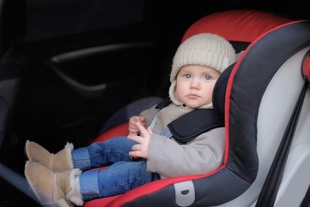 the seat: Retrato de niño pequeño sentado en el asiento del coche
