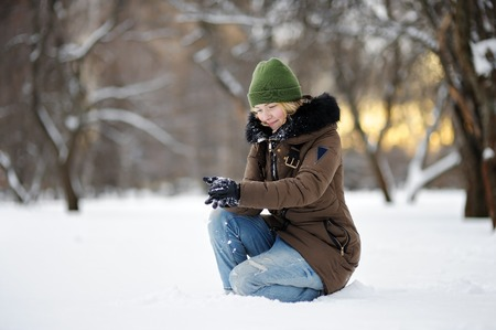 Hurl: Young beautiful woman having fun in winter park