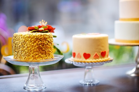 tortas de cumpleaños: original de la boda o cumpleaños delicioso pasteles Foto de archivo