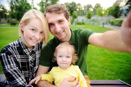 Junge schöne glückliche Familie, die selfie Foto zusammen