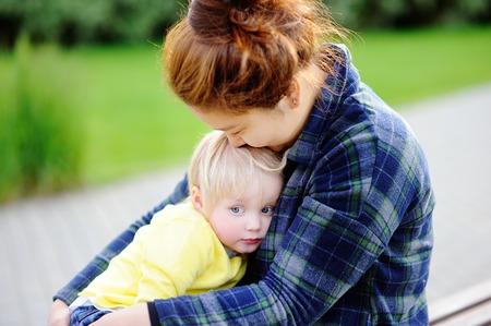 madre soltera: mujer asiática joven con el muchacho del niño caucásico lindo. concepto de cuidado de los niños
