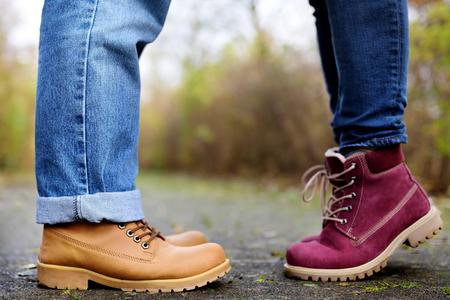 Photo de gros plan des jambes mâles et femelles au cours d'une date en automne parc. Amour, couple, concept romantique Banque d'images