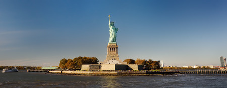 Panorama of island of Liberty with statue of Liberty seen from the ferry in the Hudson river. Symbol of the New york. Stok Fotoğraf - 112763092