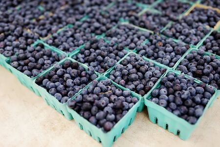 Fresh assorted berries at farmers market. Blueberries. Healthy vegetarian food. Standard-Bild - 129174589