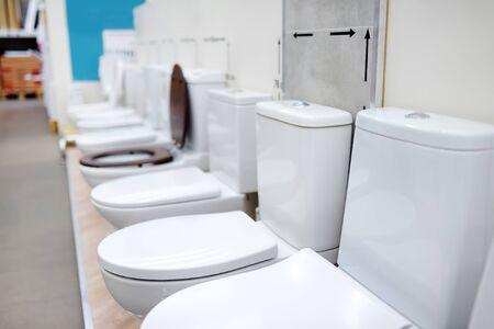 Toilettes de variété dans le magasin de construction. Articles sanitaires en quincaillerie. Magasin de rénovation domiciliaire. Banque d'images