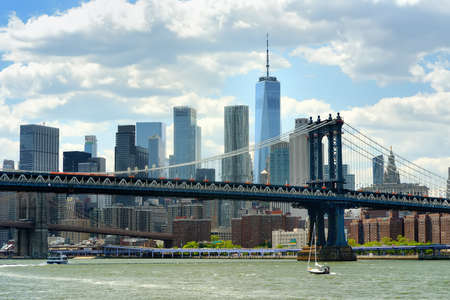 Famous Manhattan bridge on the background of skyscrapers. Postcard view of New York, USA. United States of America landmarks. Sightseeing of NYC. High-rise buildings and bridges are a symbol of NYC. Stockfoto