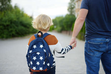 Little boy with his father going to school after summer break. Education for little kids. Education for kids. Back to school concept. Stockfoto