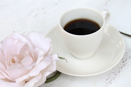 petit dejeuner romantique: Petit-d�jeuner romantique avec une tasse de caf� et une fleur