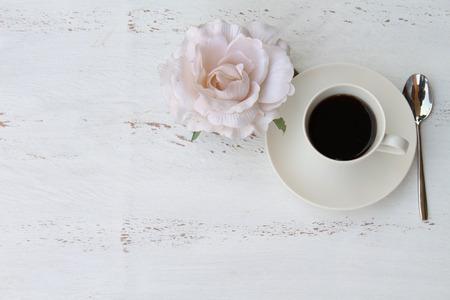 desayuno romantico: Desayuno rom�ntico con una taza de caf� y una copia flor o espacio de texto