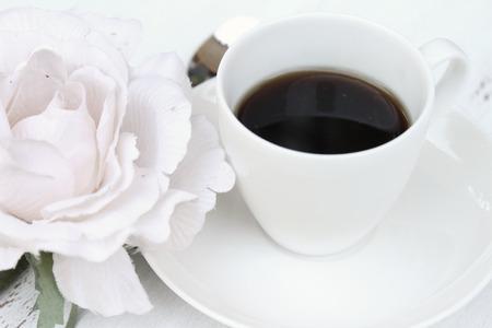 desayuno romantico: Desayuno rom�ntico con una taza de caf� y una flor