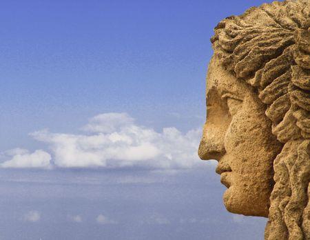 arte greca: Profilo di volto mitologico statua sullo sfondo del cielo  Archivio Fotografico