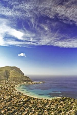 mondello: Vista panoramica della spiaggia di Mondello, vicino a Palermo, Sicilia